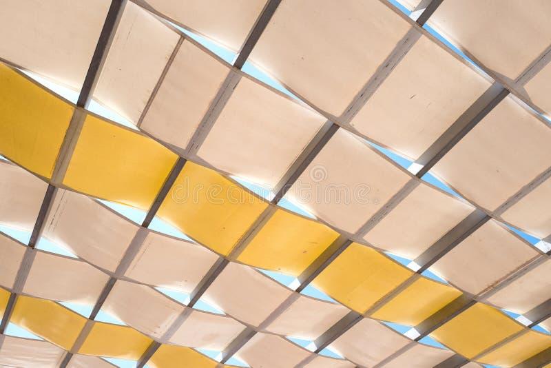 Zonnescherm in geel en bruin in close-up stock afbeelding