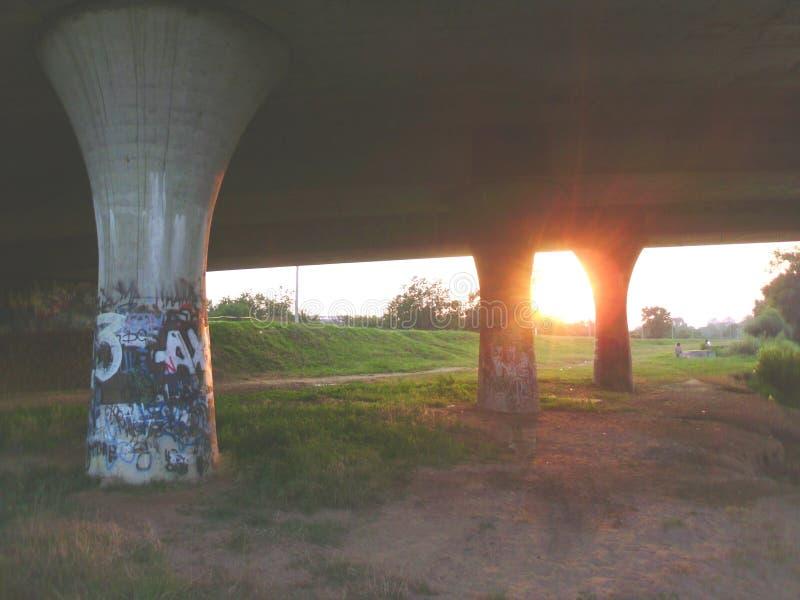 Zonneschijn door de brugpijlers royalty-vrije stock afbeelding
