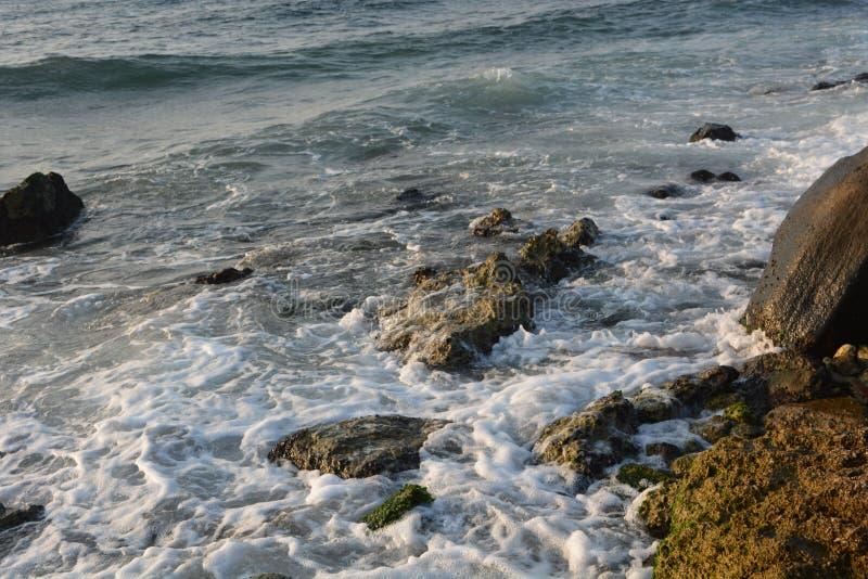 Zonneschijn en Golven bij Rode Overzees Jeddah stock afbeeldingen