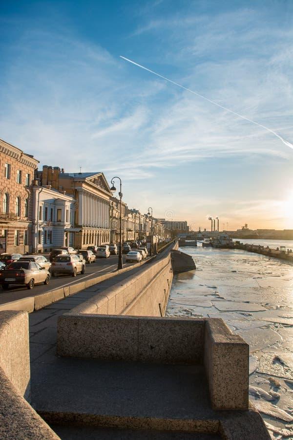 Zonneschijn in heilige-Peterburg stock afbeeldingen