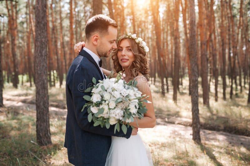Zonneschijnportret van gelukkige bruid en bruidegom openlucht in aardplaats bij zonsondergang Warme zomer stock foto