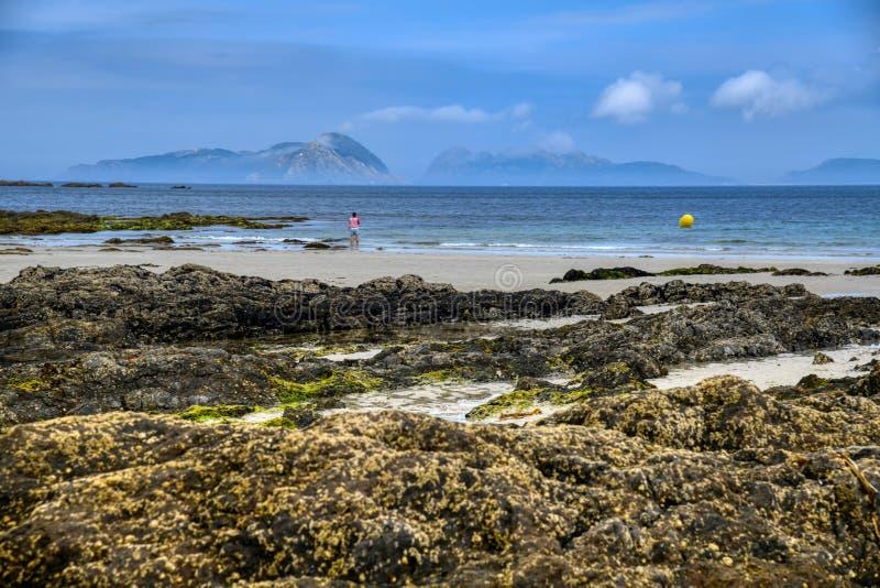 Zonnestijgend landschap van de oceaan met golven wolken en rotsen. Natuur, zand stock afbeelding