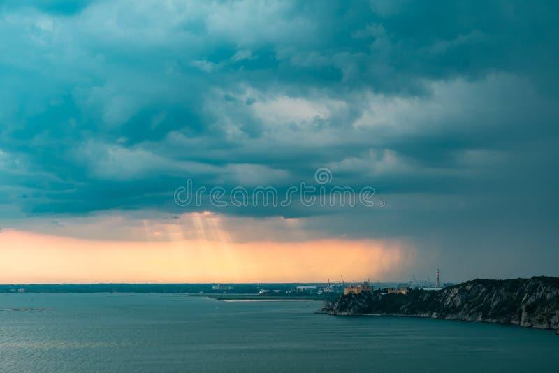 Zonnestorm in de lucht boven Triëst royalty-vrije stock afbeelding