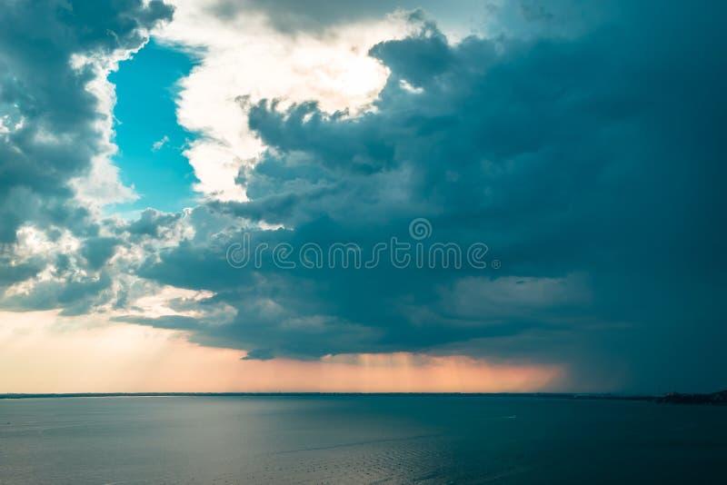 Zonnestorm in de lucht boven Triëst royalty-vrije stock afbeeldingen