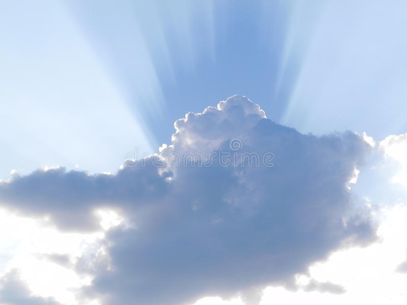 Zonnestraal achter wolk royalty-vrije stock foto