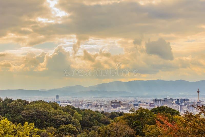 Zonnestralen die door de wolken over de stad van Kyoto, Japa glanzen royalty-vrije stock afbeelding