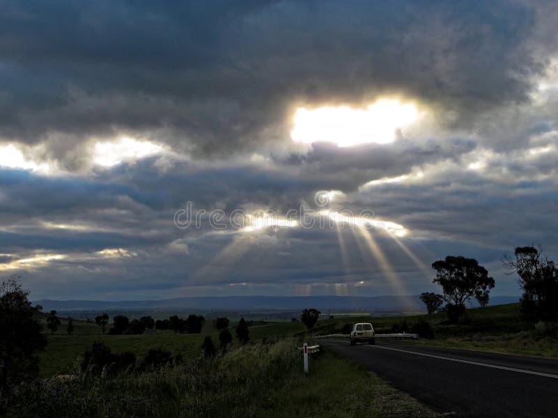 Zonnestralen door betrokken hemel Australisch platteland royalty-vrije stock foto