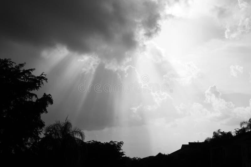 Zonnestralen door wolken stock fotografie