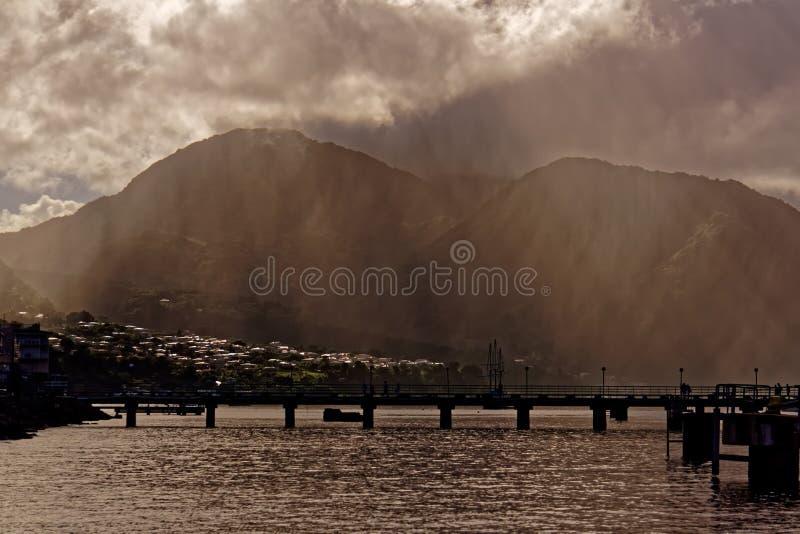 Zonnestralen in Misty Morning op Dominica stock fotografie