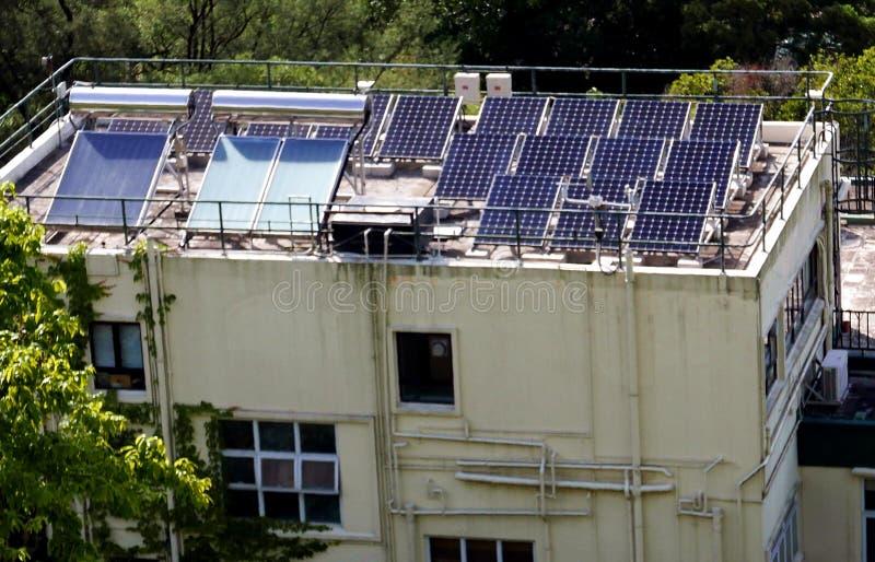 Zonnevliegtuigen bovenop Huis in Hong Kong stock afbeeldingen