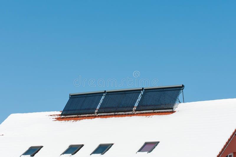 Zonnewaterverwarmers op residentual huis stock afbeeldingen