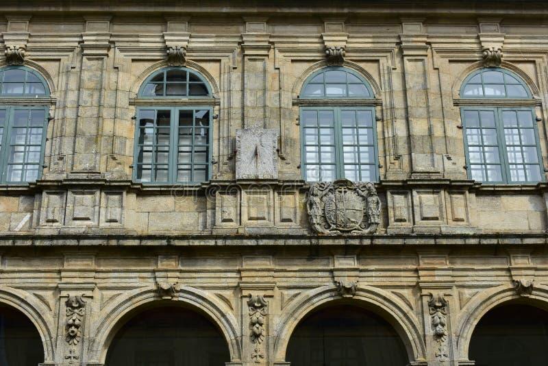 Zonnewijzer in klooster Steenmuren, groene houten vensters, archs en details Santiago DE compostela spanje stock afbeeldingen