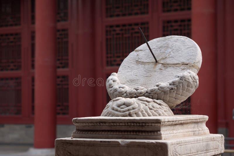 Zonnewijzerklok in Verboden stad, Peking stock afbeeldingen