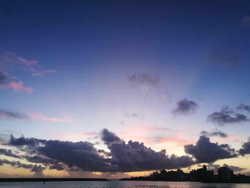 Zonnewolk aan de kust van okinawa stock foto