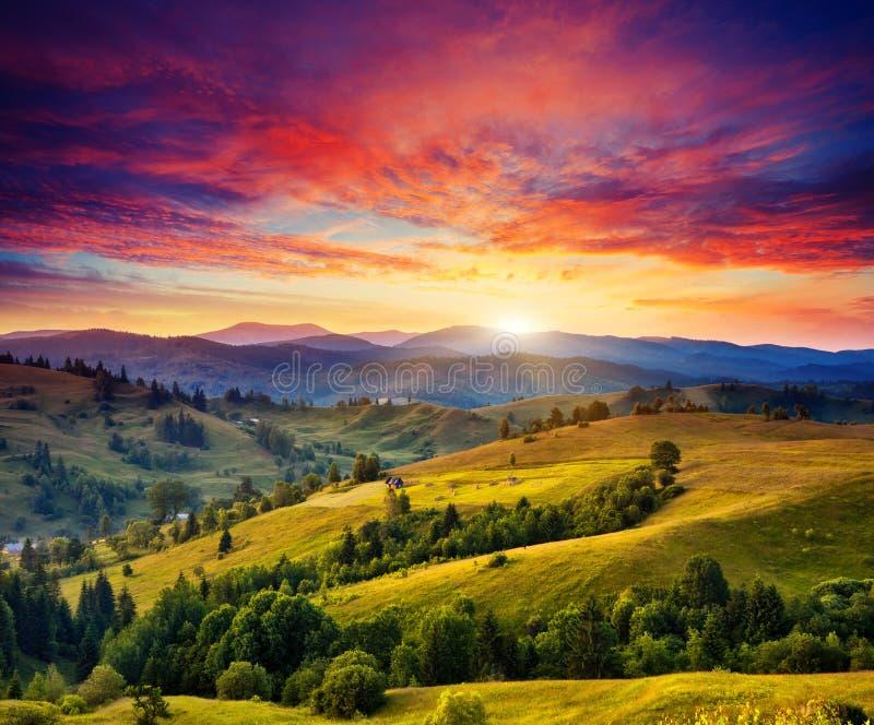 Zonnig berglandschap royalty-vrije stock afbeelding