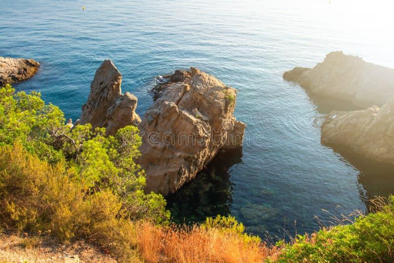 Zonnig ochtendlandschap in Lloret de Mar, Spanje Overzeese baai in Costa Brava Rocky Cliff in blauw zeewater Zeegezicht royalty-vrije stock foto's