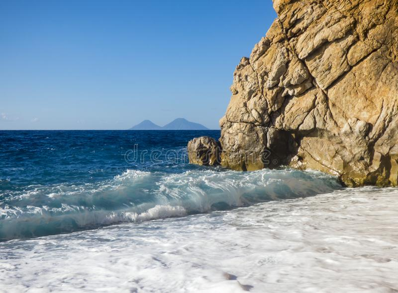 Zonnig strand met overzeese golven royalty-vrije stock afbeeldingen