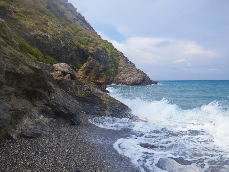 Zonnig strand met overzeese golven royalty-vrije stock foto's