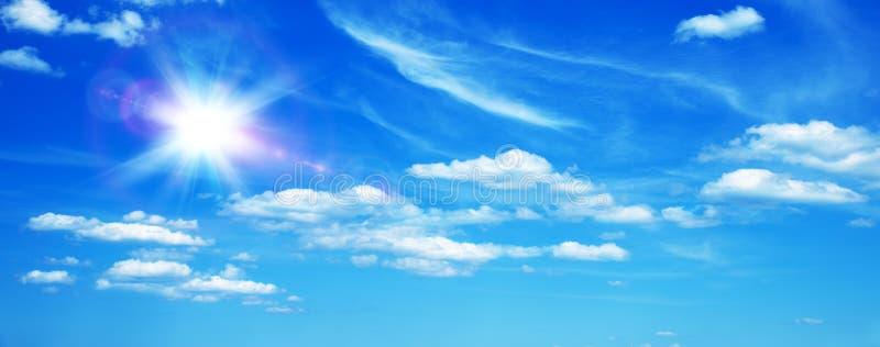 Zonnige achtergrond met wolken royalty-vrije stock afbeeldingen