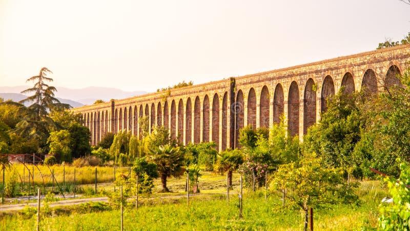 Zonnige avond bij Nottolini-Aquaduct dichtbij Luca, Toscaan, Italië royalty-vrije stock afbeelding
