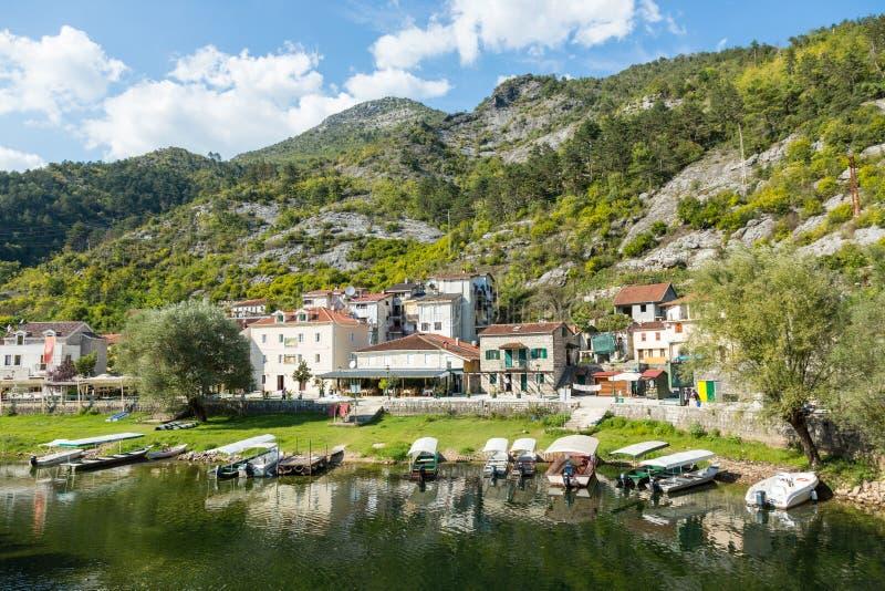 Zonnige bank met koffie van grad Rijeka Crnojevica, Montenegro stock fotografie