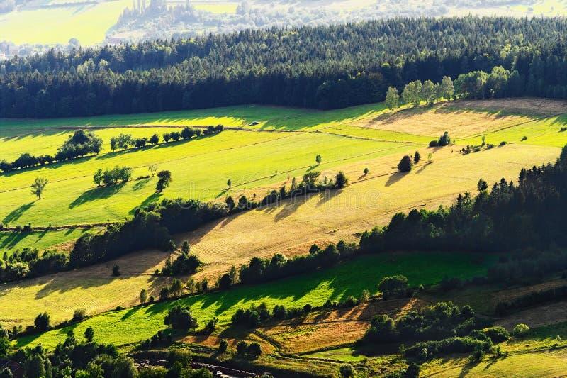 Zonnige bergvallei met groene gebieden en weiden De toneel luchtmening van het landbouwgrondlandschap royalty-vrije stock foto's