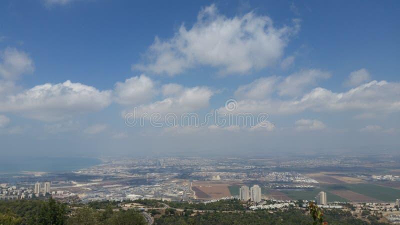 zonnige city& x27; s mening van universitair balkon stock afbeeldingen