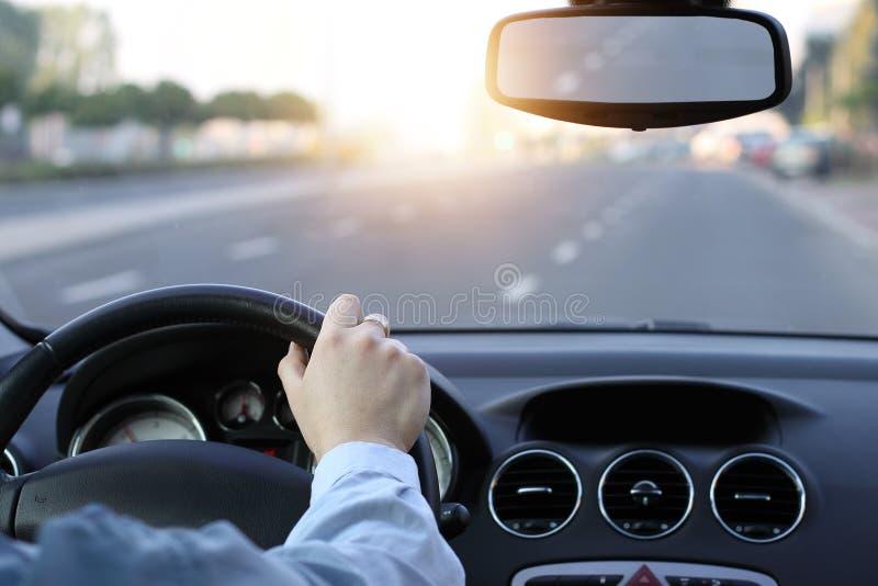 Zonnige dag in auto stock afbeeldingen