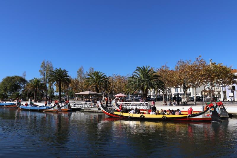 Zonnige dag in Aveiro met boten stock fotografie