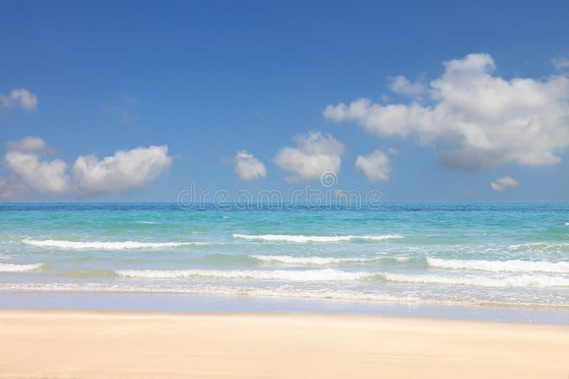 Zonnige dag bij het strand met heldere blauwe hemel en pluizige witte wolk op de overzeese horizon met exemplaarruimte royalty-vrije stock afbeeldingen