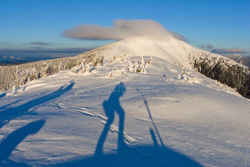 Zonnige dag in de de winterbergen stock afbeeldingen