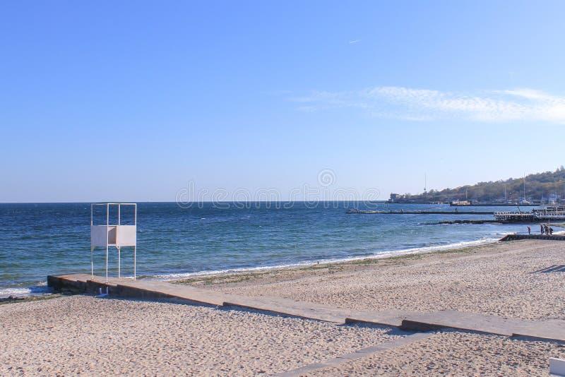 Zonnige dag, de Zwarte Zee, blauwe hemel stock fotografie