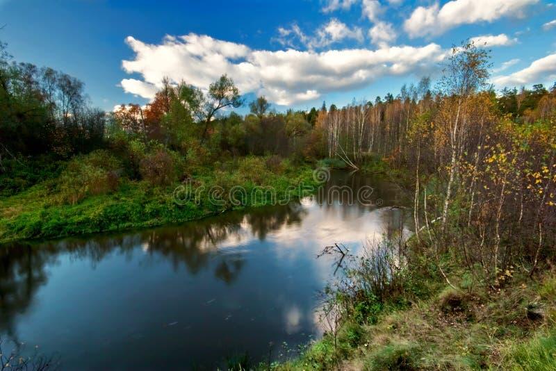 Zonnige dag dichtbij de rivier stock foto
