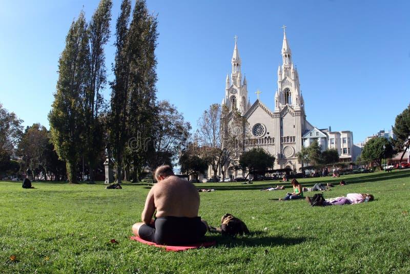 Download Zonnige dag in een stad stock foto. Afbeelding bestaande uit gras - 279138