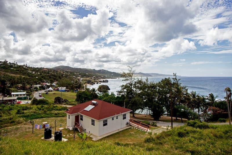 Zonnige dag op Bathsheba-strand op de Oostkust van Barbados stock foto's