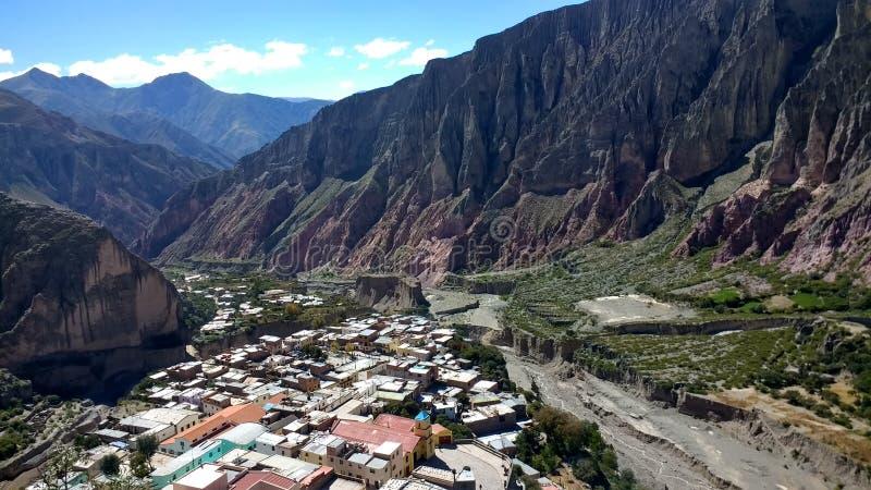 Zonnige dag op de weg aan Iruya, Salta - Argentinië stock fotografie