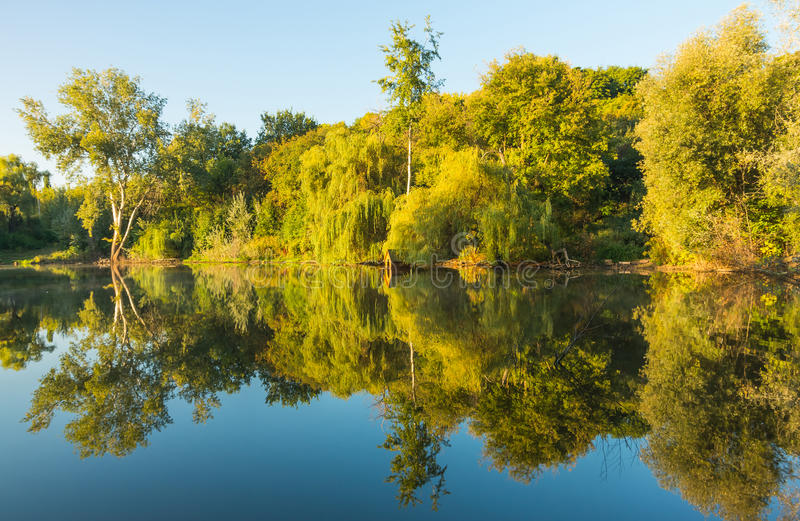 Zonnige dag op een kalme rivier in de zomer royalty-vrije stock afbeeldingen