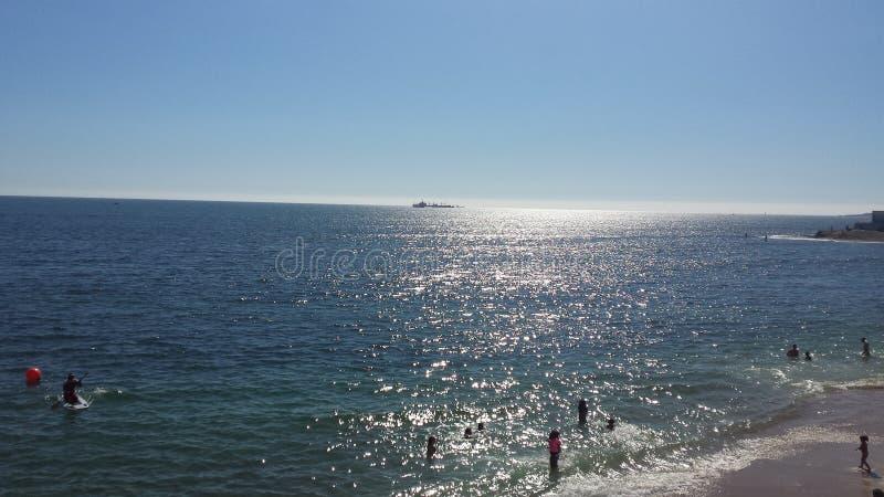 Zonnige dag op het strand royalty-vrije stock afbeelding