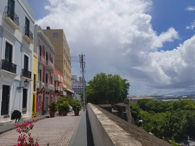 Zonnige dag in oude stad San Juan, Puerto Rico stock foto