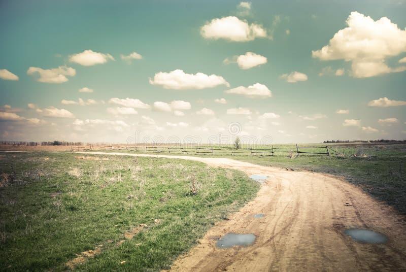 Zonnige dag in platteland Lege landelijke weg bij de zomer stock foto's