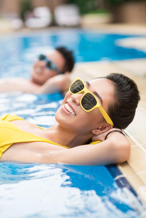 Zonnige dag in pool stock foto