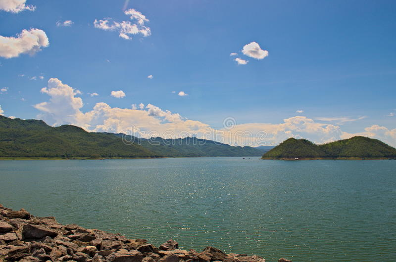 Zonnige dag in Srinakarin-Dam royalty-vrije stock afbeeldingen