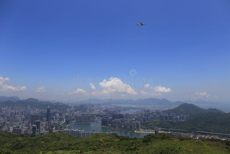 Zonnige dag in Tai Mo Shan Mountain die een grote stad bekijken stock foto's