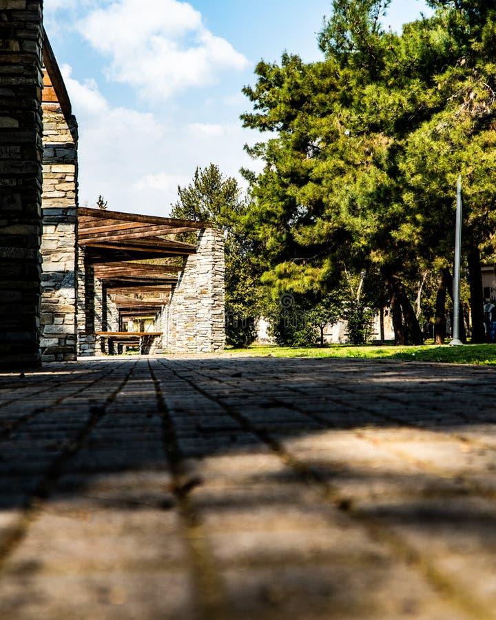 Zonnige dag in thessaloniki, is het park van Karatasou in teritorry polichni een plaats voor iedereen om te komen en een gang te  royalty-vrije stock afbeelding