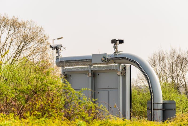 Zonnige dagmening van Brits autosnelwegverkeer met kabeltelevisie-camera op voorgrond royalty-vrije stock afbeelding