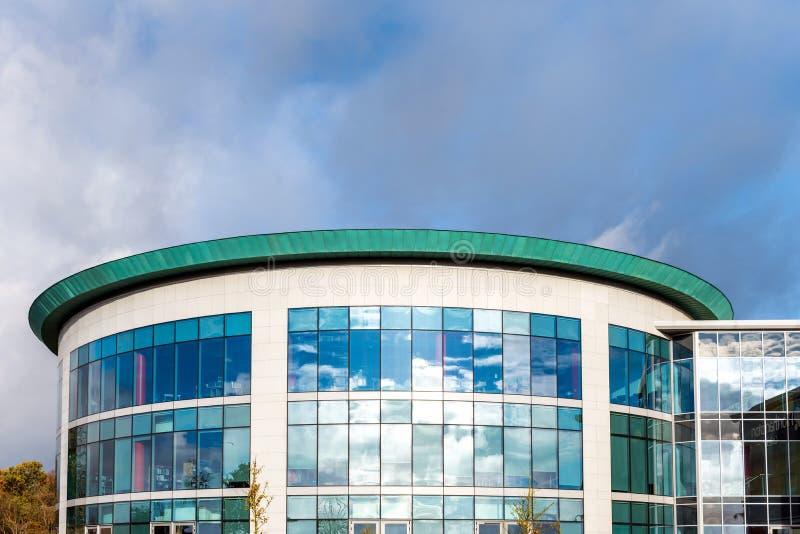 Zonnige dagmening van vensters van de moderne bedrijfs collectieve bureaubouw in Engeland het UK van Northampton stock foto's