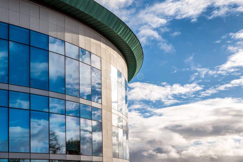 Zonnige dagmening van vensters van de moderne bedrijfs collectieve bureaubouw in Engeland het UK van Northampton stock fotografie