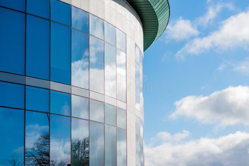 Zonnige dagmening van vensters van de moderne bedrijfs collectieve bureaubouw in Engeland het UK van Northampton stock afbeeldingen