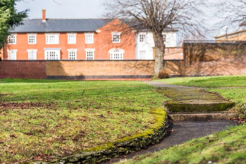 Zonnige dagmening van voetgangvoetpad bij Engels park in Daventry-stadscentrum royalty-vrije stock afbeeldingen