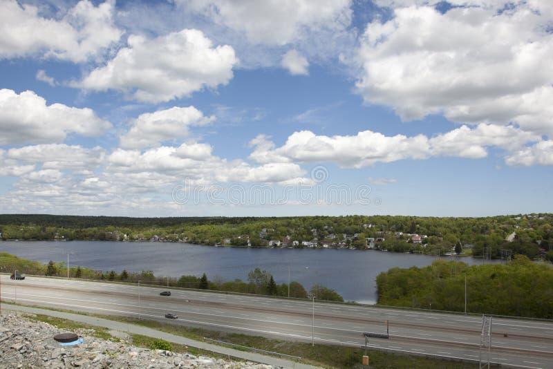 Zonnige de lentedag die weg 118 in Nova Scotia overzien royalty-vrije stock foto's